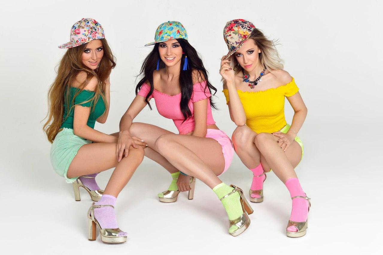 Фото девушек из группы Пропаганда в цветных топиках и шортах, 2017