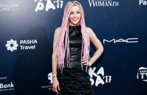 Юлианна Караулова с новой прической - розовые афрокосички, фото
