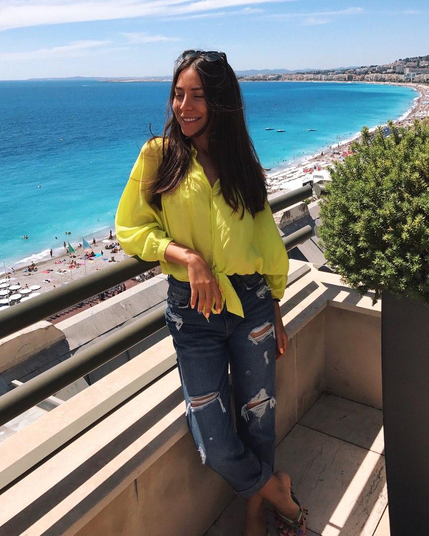 Элина Чага в желтой блузке и рваных джинсах