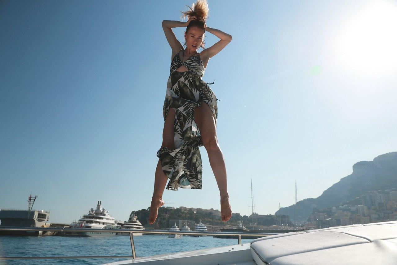 Катя Иванчикова позирует в легком летнем платье