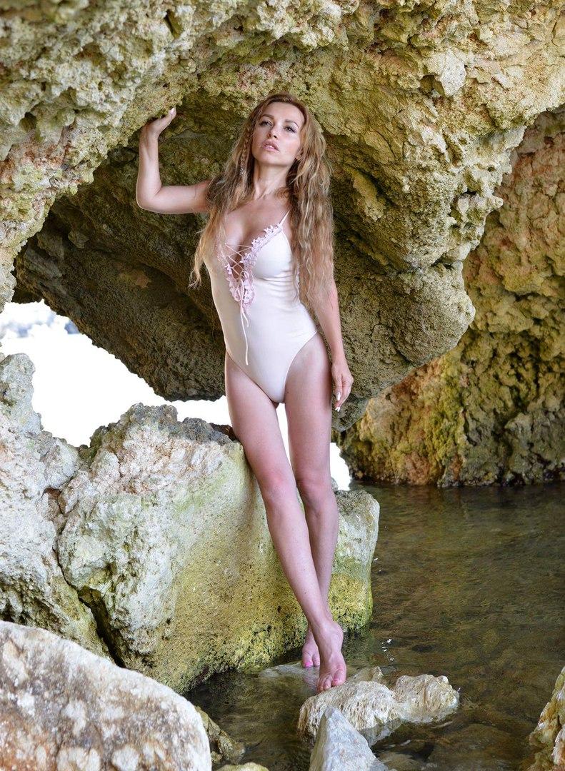Лера Туманова позирует в красивом белом купальнике, фото 2017 года