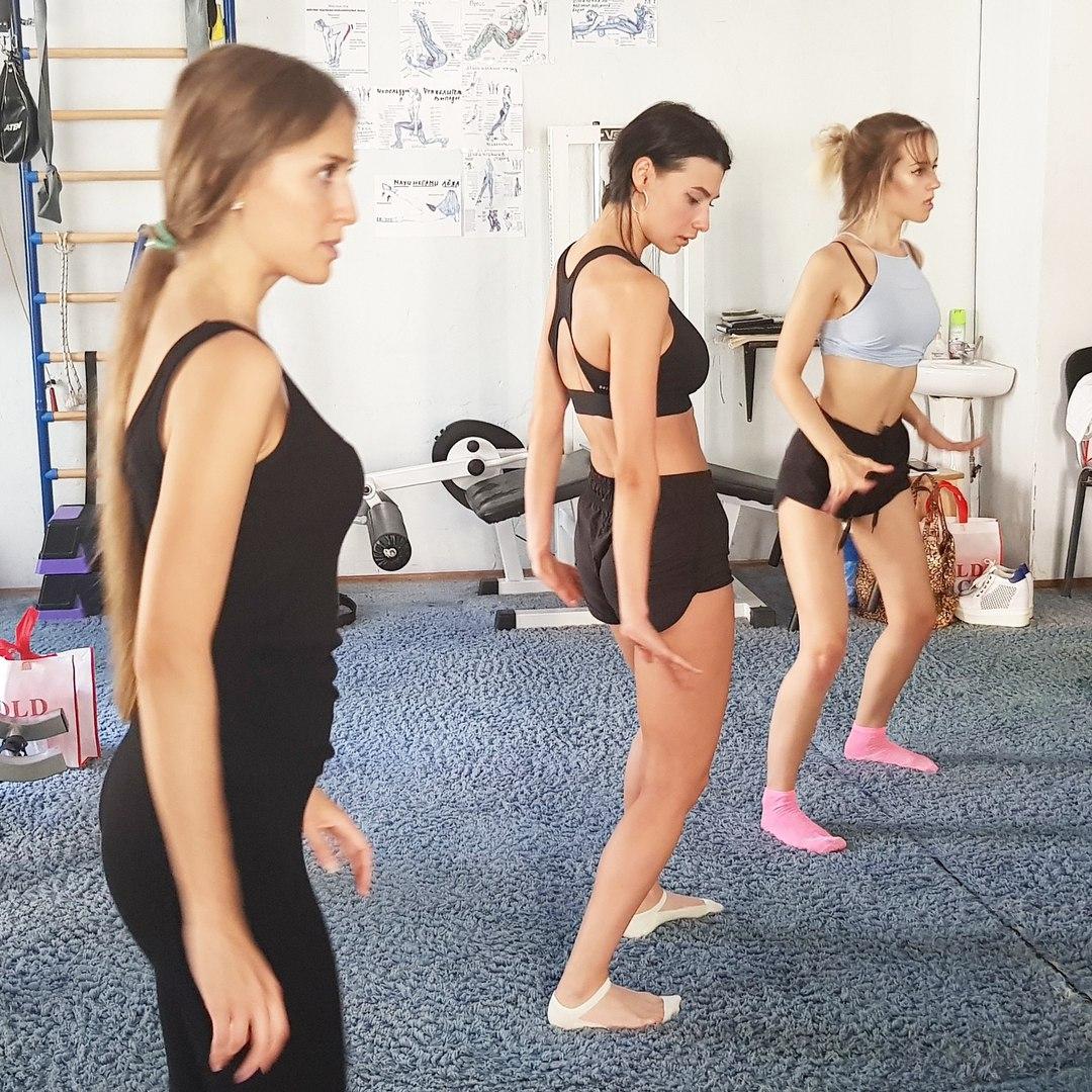Девушки из группы Пропаганда учат хореографию