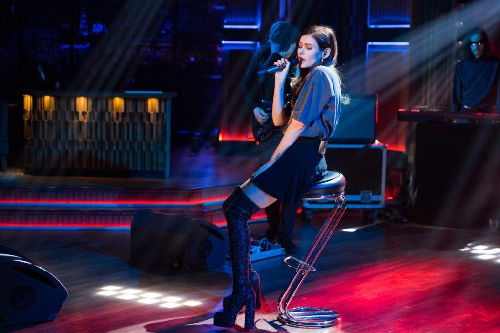 Певица Луна выступила на шоу Вечерний Ургант с песней «Jukebox»