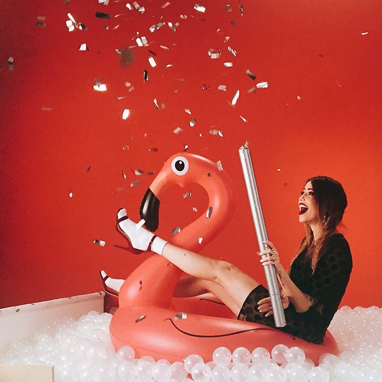 Надя Дорофеева показала фото со съемок рекламы матовых помад Maybelline