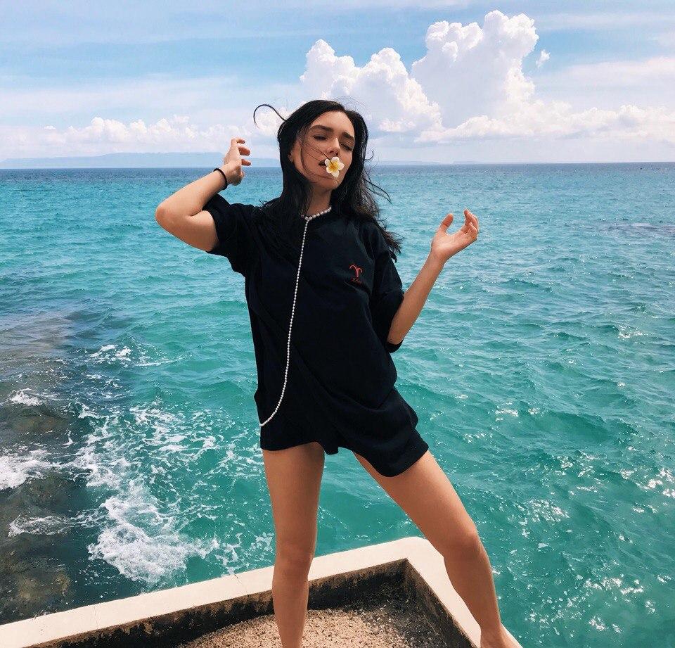 Ольга Серябкина позирует на фоне океана на Бали