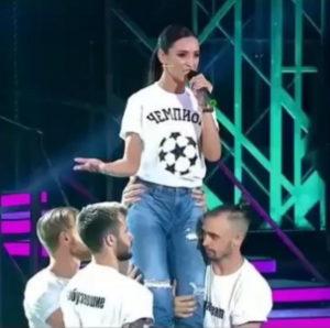 Ольга Бузова спела песню «Чемпион» на шоу «Привет, Андрей!»