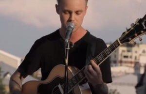 Артем Пивоваров спел под гитару песню «Сохрани»