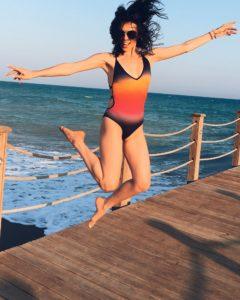 Сати Казанова подпрыгнула в красивом купальнике