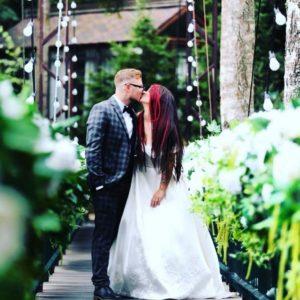 Бьянка и Роман Безруков целуются на свадьбе