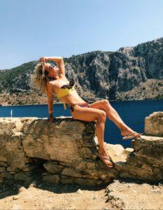 Яна Башкирева-Вайновская позирует в купальнике на отдыхе