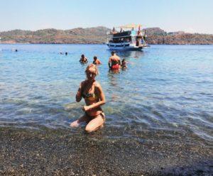 Яна Башкирева-Вайновская отдыхает на пляже