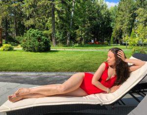 Виктория Дайнеко загорает в красном купальнике