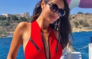 Вика Гранд показала фото в красном купальнике на яхте в Турции