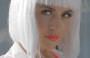 Клип Вика Гранд - Свободен, 2018 - Вика в белом парике и красном купальнике