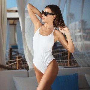 Елена Темникова в белом рифленном купальнике в Турции