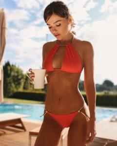 Елена Темникова в красном купальнике на отдыхе в Анапе