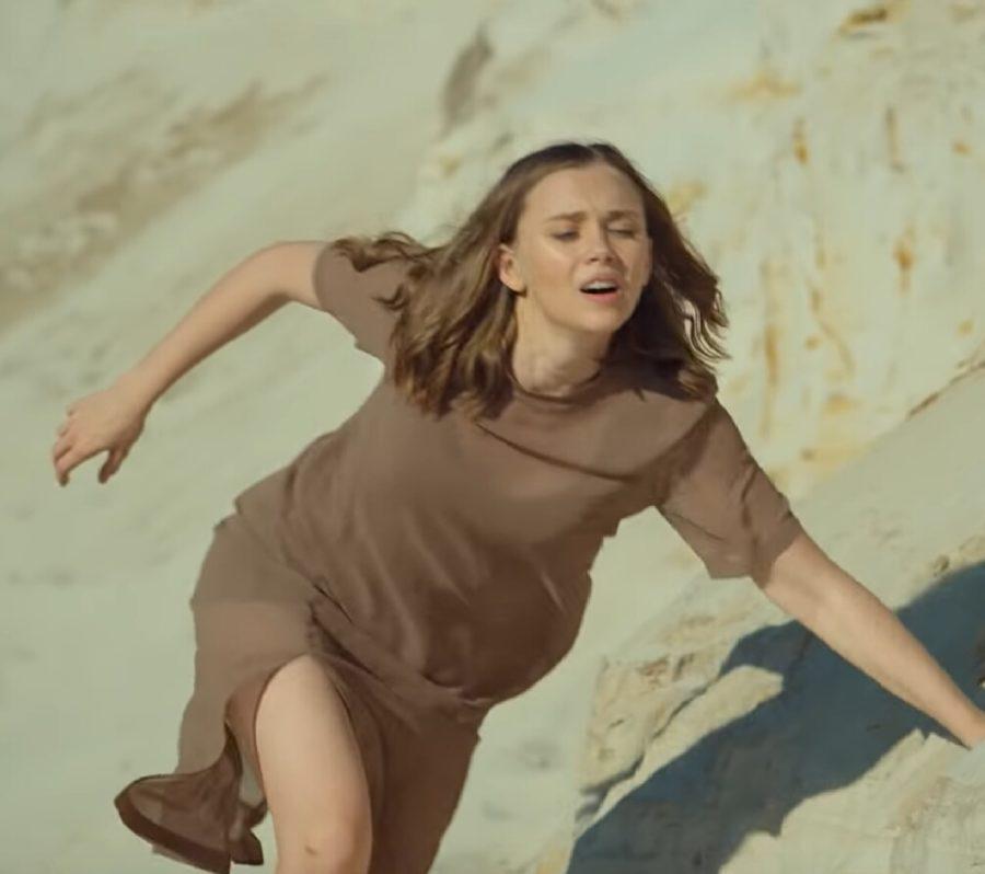 Клип певицы ЯАVЬ - Один в поле воин, 2018 - девушка идёт к цели