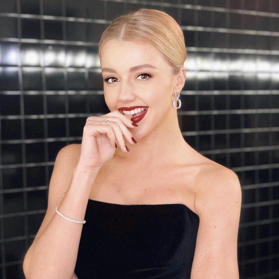 Юлианна Караулова отправилась на бал в черном платье с открытыми плечами и высоким вырезом