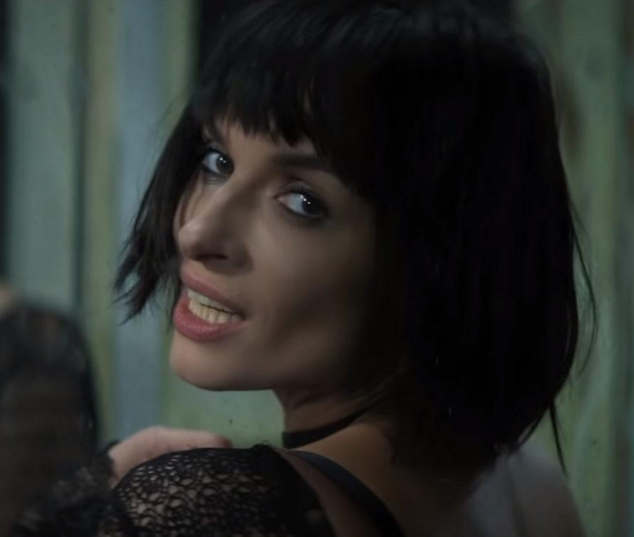 Клип Надежды Мейхер - Надежда, в видео певица танцует и борется на руках