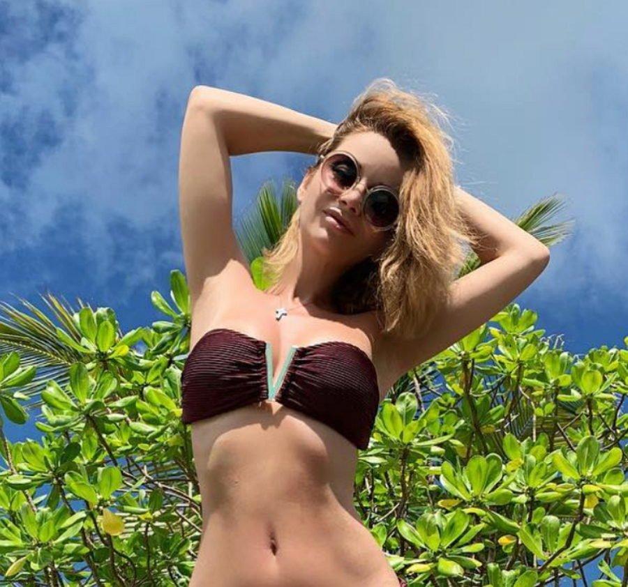 Ольга Орлова продемонстрировала свою тонкую талию на пляжном фото