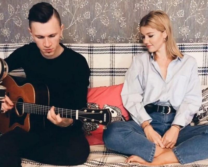 """Юлианна Караулова спела под гитару песню """"Маячки"""""""