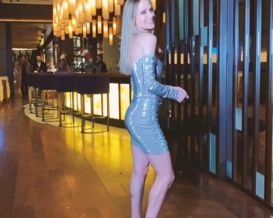 Глюк'oZа показала новогодний образ в коротком обтягивающем платье