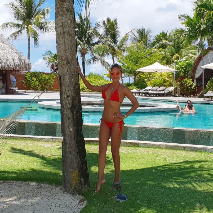 Анна Калашникова позирует в купальнике на фоне бассейна