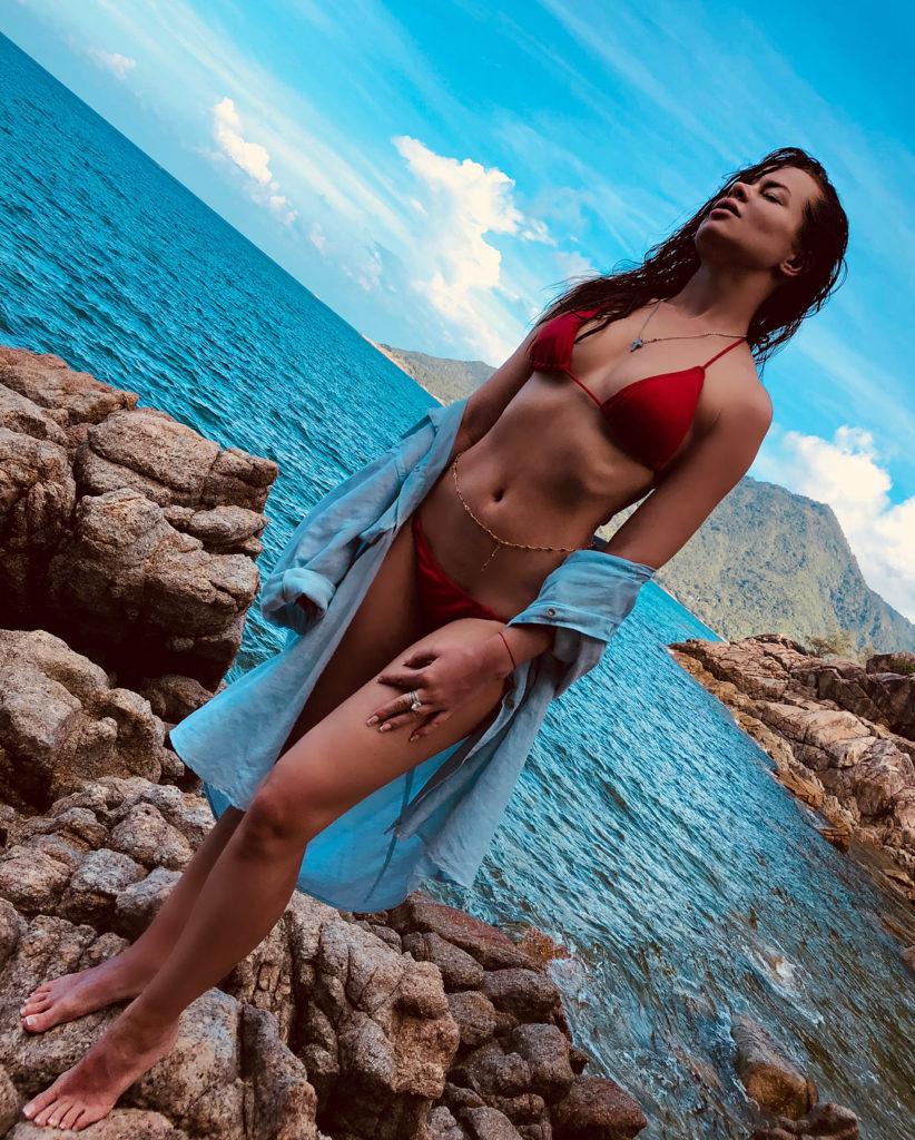 Елена Князева позирует в красном купальнике