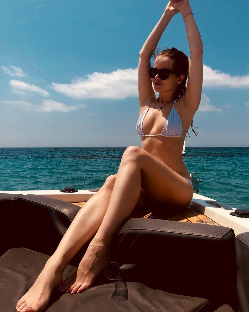 Елена Князева отдыхает на яхте