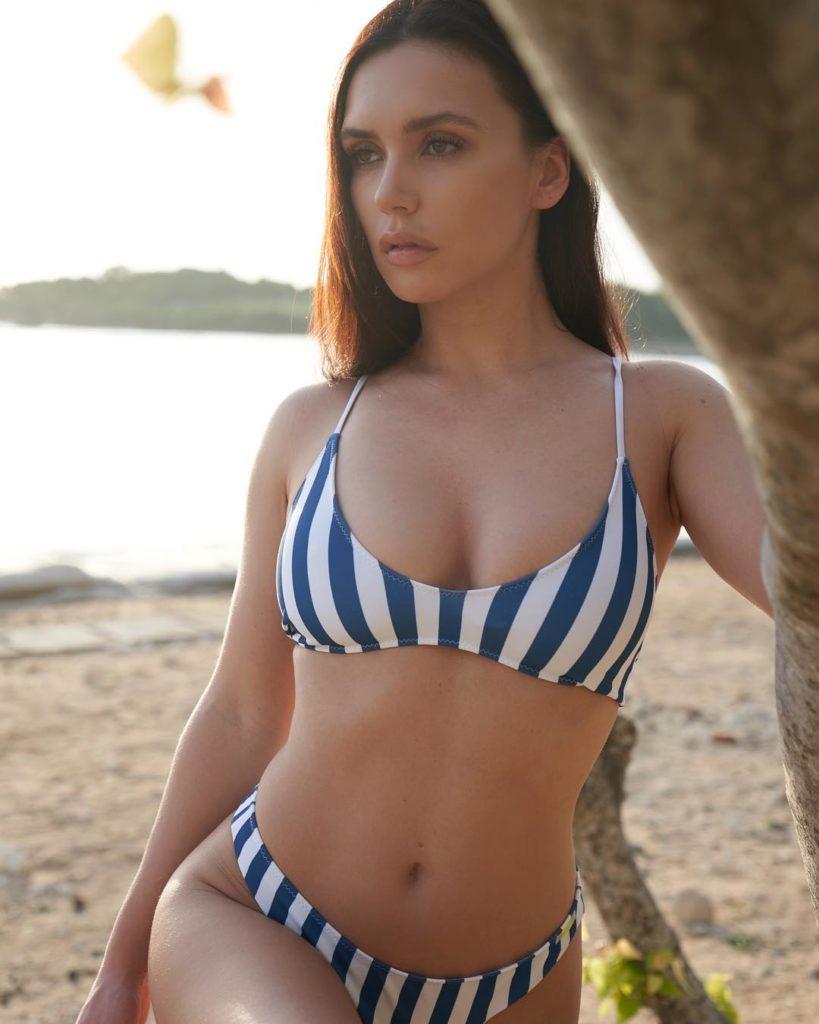 Ольга Серябкина в полосатом купальнике