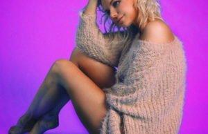 Алиса Вокс в нежном оверсайз свитере продемонстрировала красивые ноги