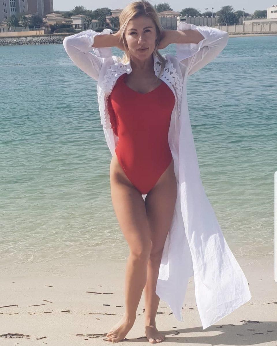 Алена Омаргалиева позирует в красном купальнике