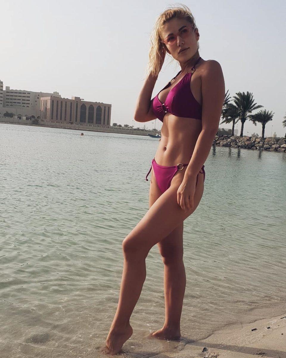 Алёна Омаргалиева в купальнике вишневого цвета