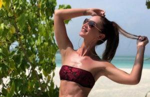 Ольга Бузова показала пляжное видео, в котором позирует под песню Артика и Асти