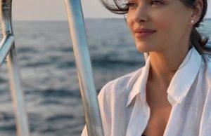 Елена Темникова продемонстрировала свою фигуру в белом купальнике на Мальдивах