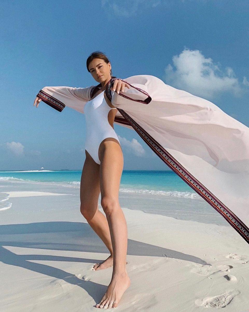 Елена Темникова в белом купальнике и тунике на пляже