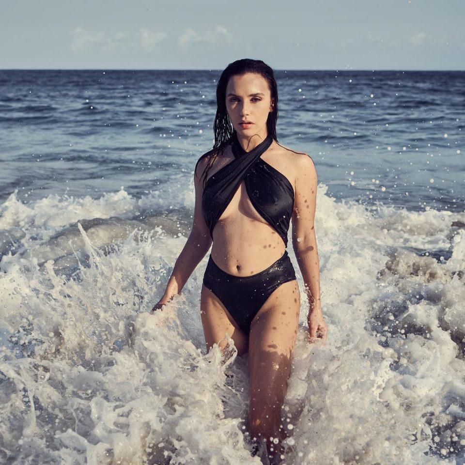 Ольга Серябкина продемонстрировала фигуру в черном купальнике