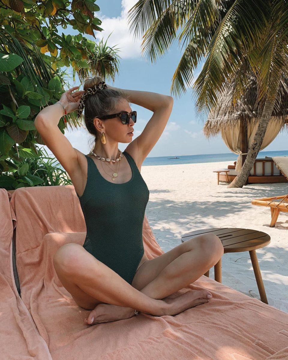 Вера Брежнева показала пляжные фото с отдыха на Мальдивах, в том числе с Еленой Перминовой