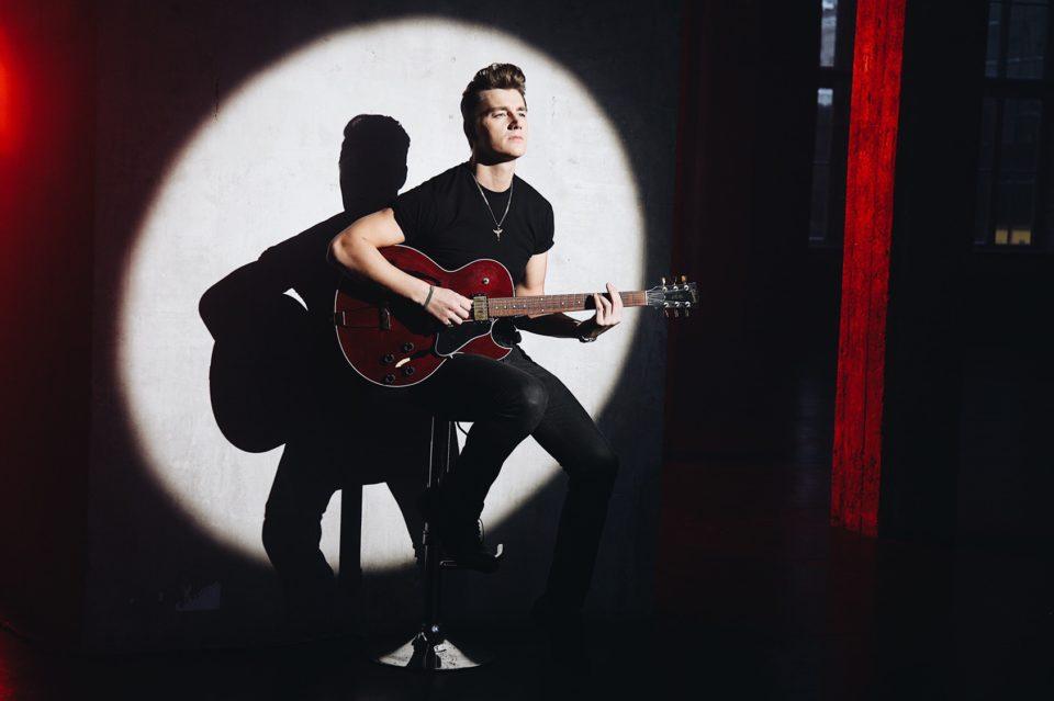 Алексей Воробьев играет на гитаре