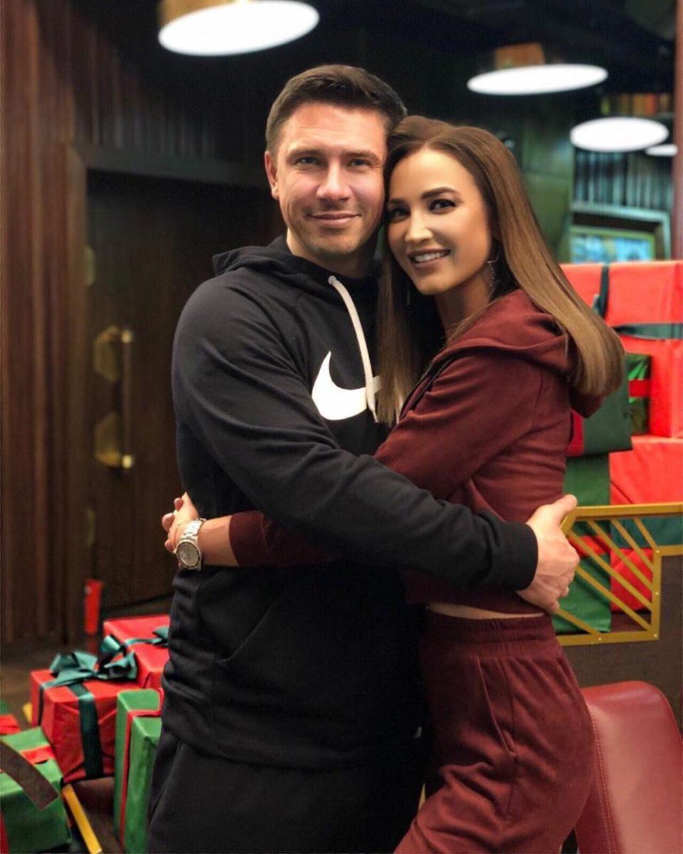 Ольга Бузова и Тимур Батрутдинов приобняли друг друга