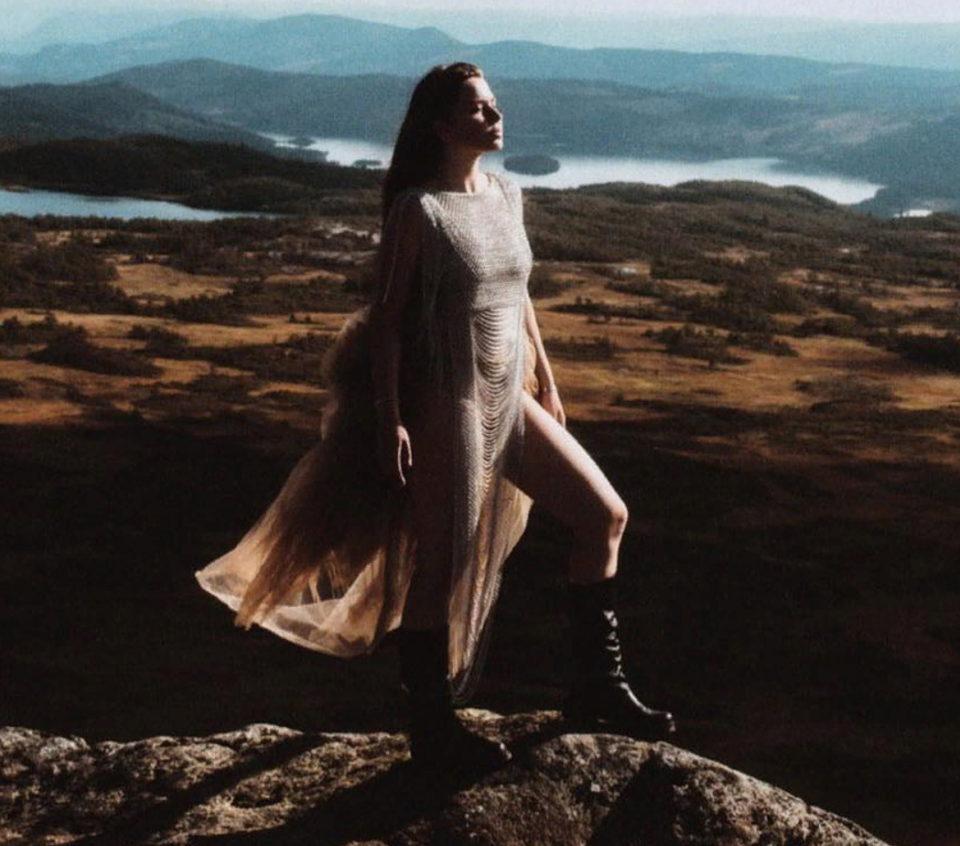 Эрика Лундмоен - Кривые зеркала 🎵 слушайте песню онлайн | Музолента
