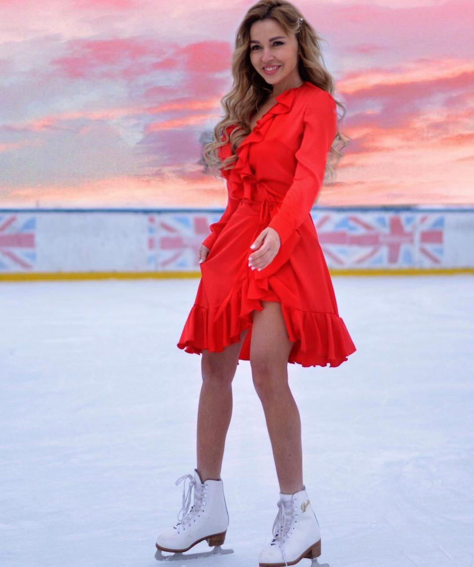 Лера Туманова катается на коньках на Красной площади