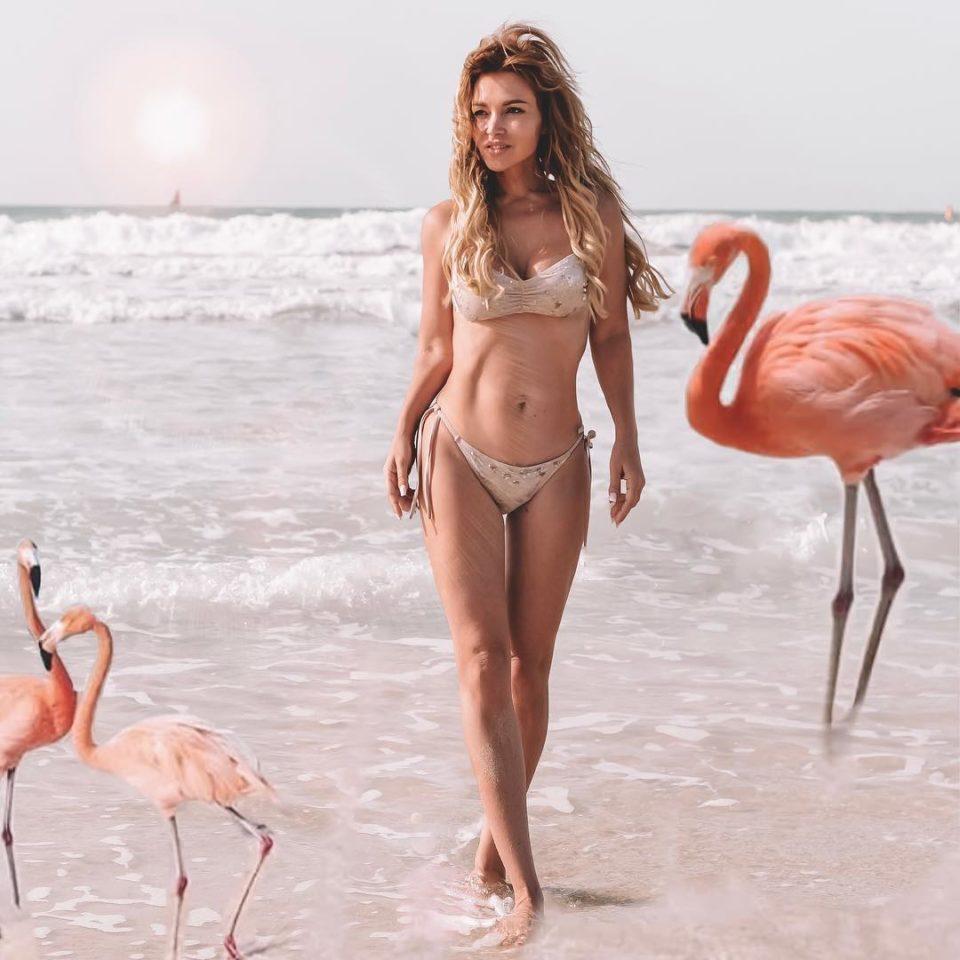 Красавица Лера Туманова показала пляжное фото с розовыми фламинго
