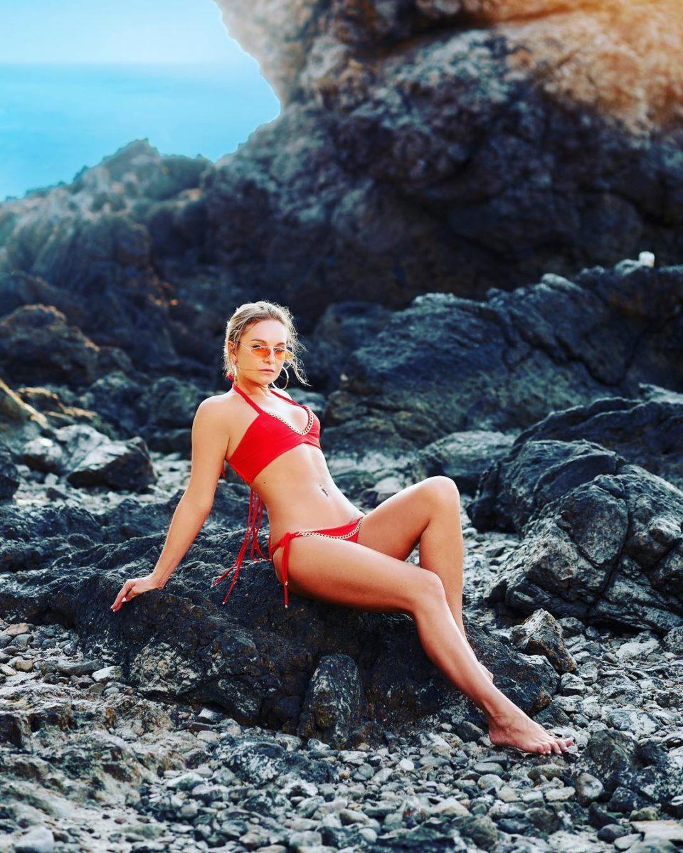Настя Крайнова в красном купальнике в Майами