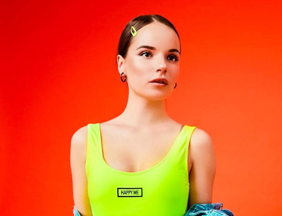 Саша Спилберг показала купальник, ремень и очки из своей коллекции «Neon Touch» | Музолента