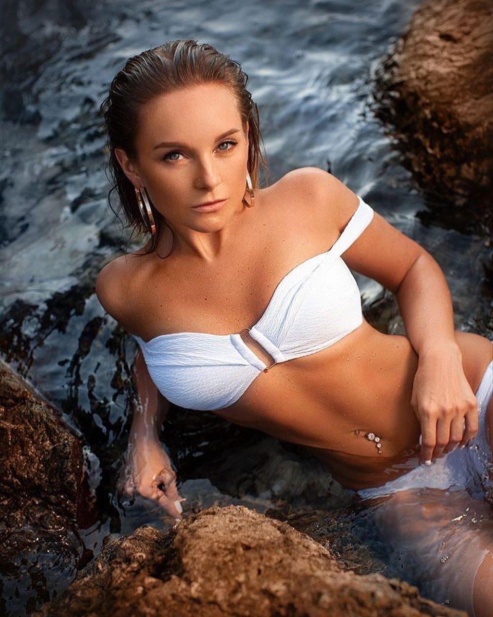 Настя Крайнова показала красивое фото в белом купальнике