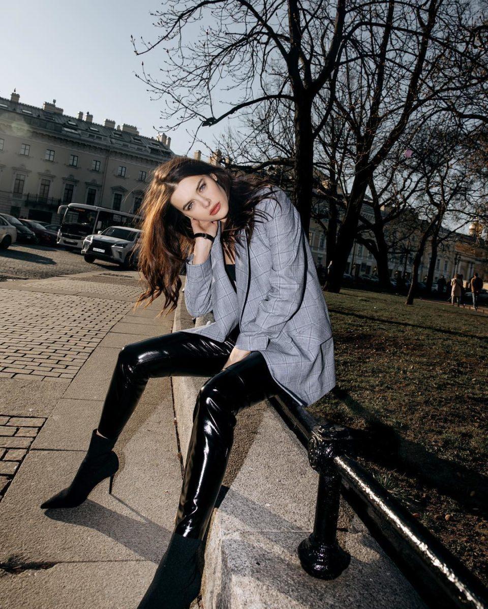 Ольга Меганская показала стильный образ в латексных штанах