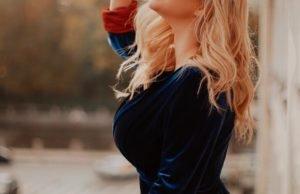 Анна Семенович продемонстрировала свою фигуру в черном купальнике
