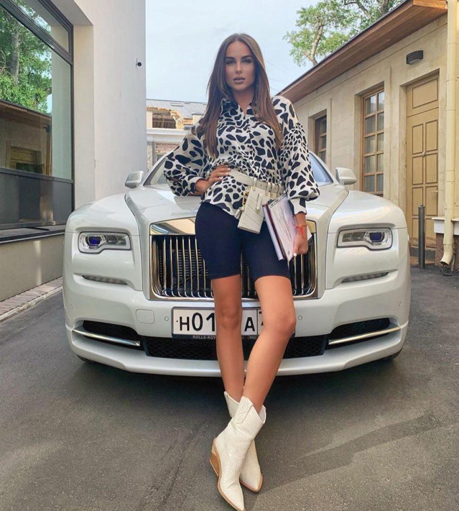 Ханна в велосипедках и шелковой рубашке с леопардовым принтом
