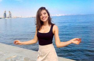 Анна Музафарова показала образ в короткой юбке